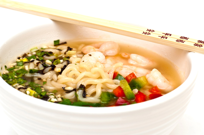 Udon noodle soup with prawns and peppers